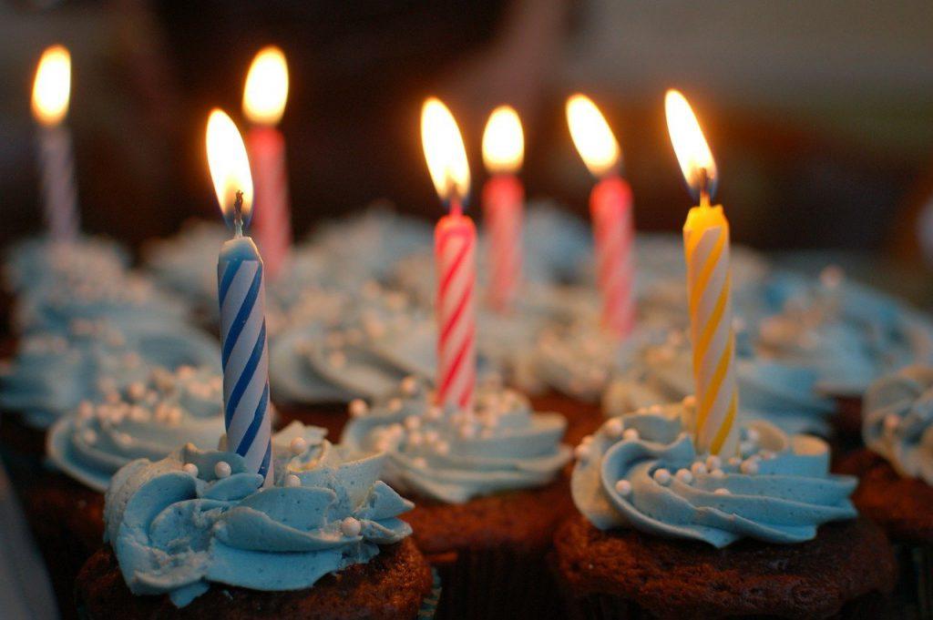Kolorowe talerzyki urodzinowe. Stylowa dekoracja i wygoda