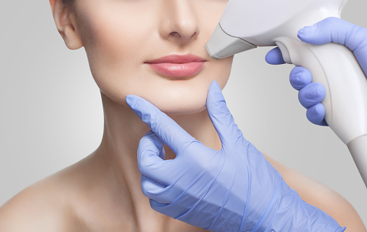 Laser frakcyjny w medycynie estetycznej – kiedy warto skorzystać?