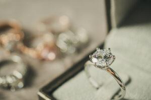 Pierścionek na zaręczyny – co wybrać i gdzie go kupić?