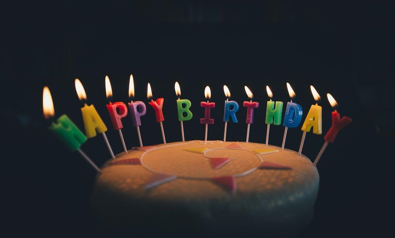 Zastawa na urodziny – talerzyki, kubeczki, słomki. Co wybrać?